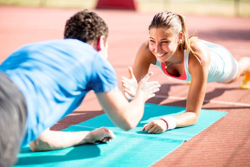Kobiety szkolenie z osobistym trenerem zdjęcia stock