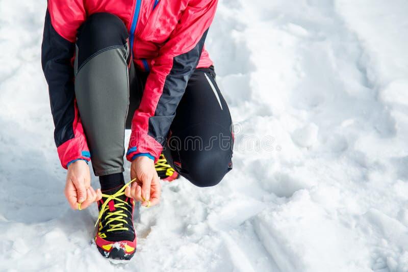 Kobiety sznurowania sporta i bieg buty Sporty obuwia zakończenie up Sprawności fizycznej motywacja i zdrowy stylu życia pojęcie obrazy royalty free