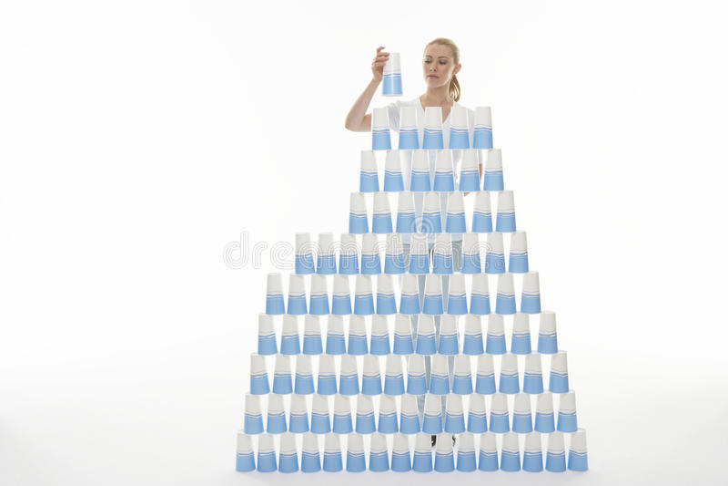 Kobiety sztaplowania Plastikowe filiżanki W ostrosłup obrazy stock