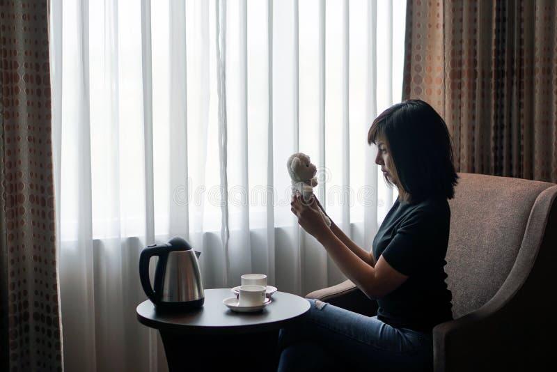 Kobiety sztuka z miś lali zabawką w pokoju hotelowym zdjęcia royalty free