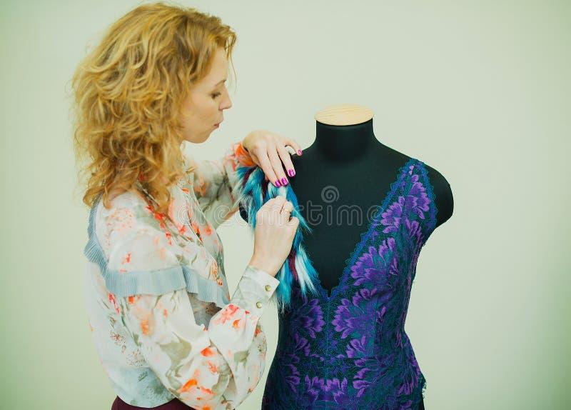 Kobiety szwaczka pracuje w jego studiu Mannequin jest ubranym koronkowego bodysuit zdjęcia royalty free