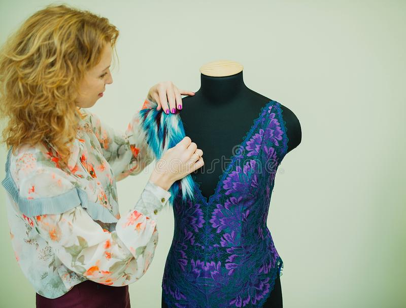 Kobiety szwaczka pracuje w jego studiu Mannequin jest ubranym koronkowego bodysuit obrazy stock