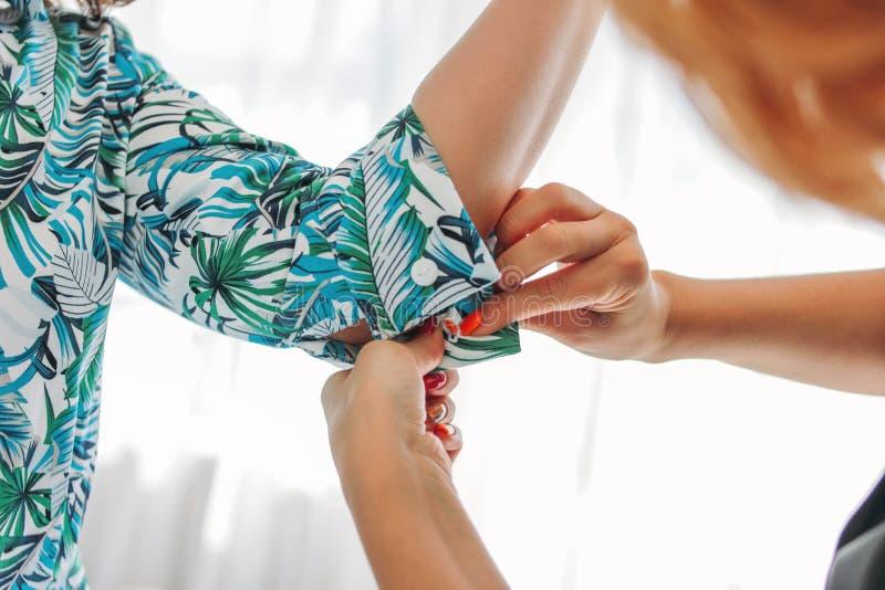 Kobiety szwaczka, stylista lub sprzedaż konsultant, zapinamy na rękawie klient fotografia stock