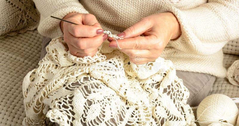 Kobiety szydełkowy tablecloth obrazy royalty free