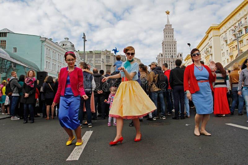 Kobiety tanczy w instalaci dedykującej ekranowy ` dandy ` na Tverskaya ulicie przy miasto dniem w Moskwa zdjęcie royalty free