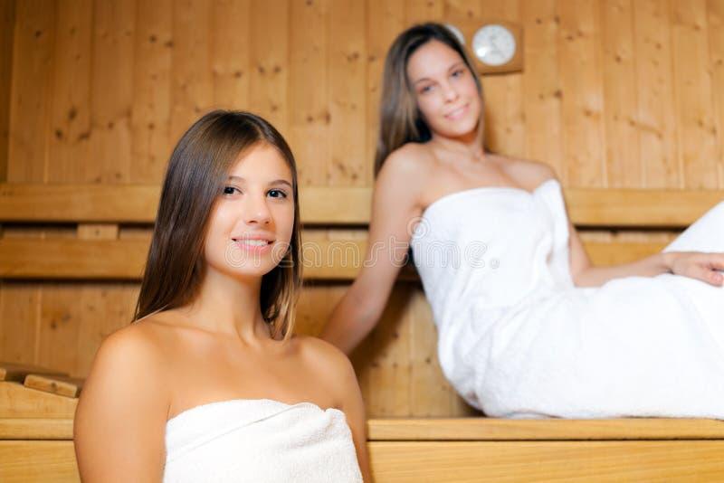 Kobiety target811_0_ w sauna zdjęcia royalty free