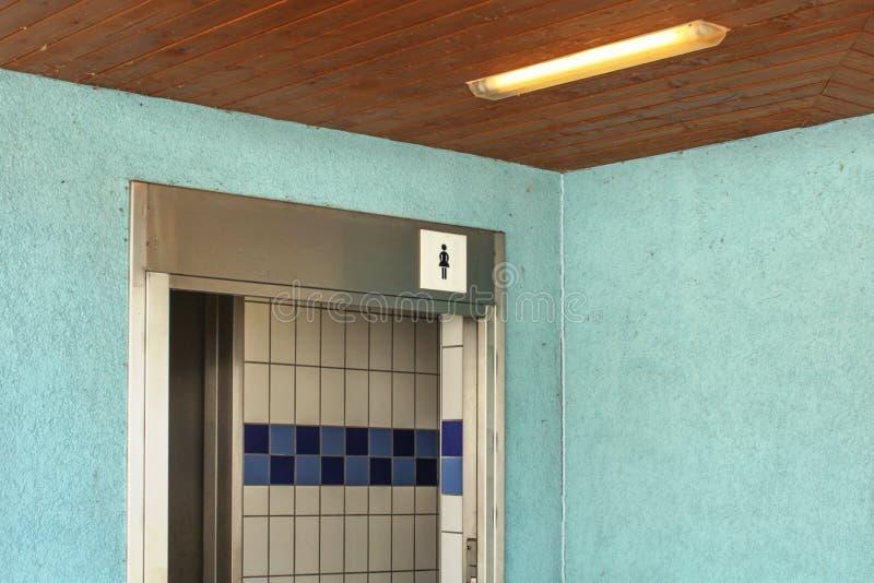 Kobiety toaleta blisko pływackiego basenu, wejście z damy toaletą ja fotografia stock