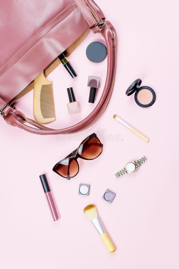 Kobiety torby materiału mieszkanie nieatutowy Piękno akcesoria, kiesa, okulary przeciwsłoneczni, podróży pojęcie zdjęcie royalty free