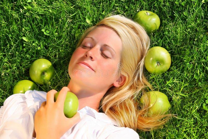 kobiety trawy leżącego young obraz stock