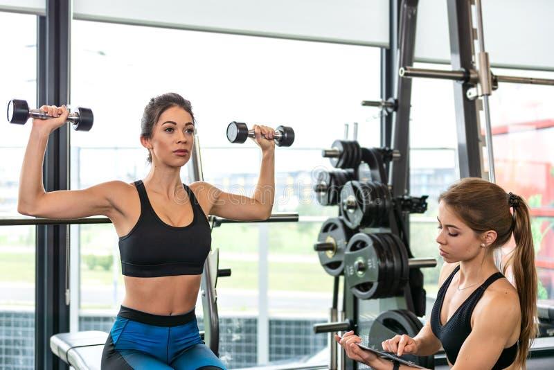 Kobiety trenuje przy gym zdjęcia stock