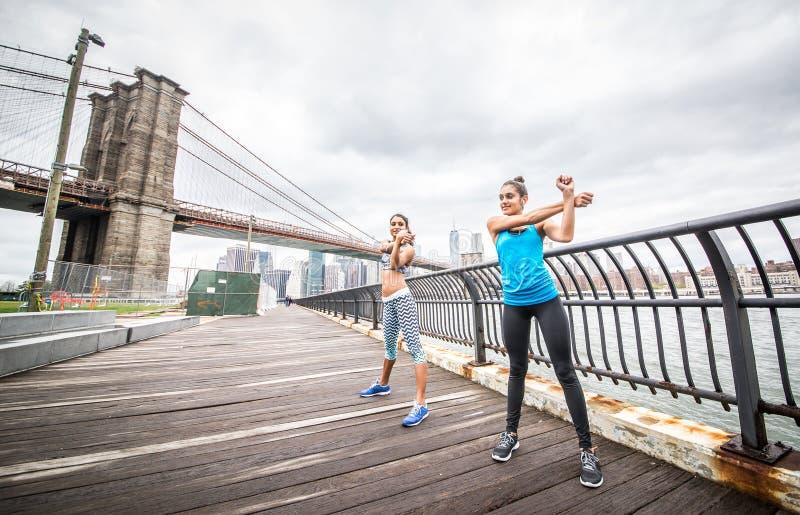 Kobiety trenuje w Manhattan zdjęcia stock