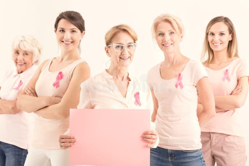 Kobiety trzyma puste miejsce menchii kartę zdjęcia royalty free
