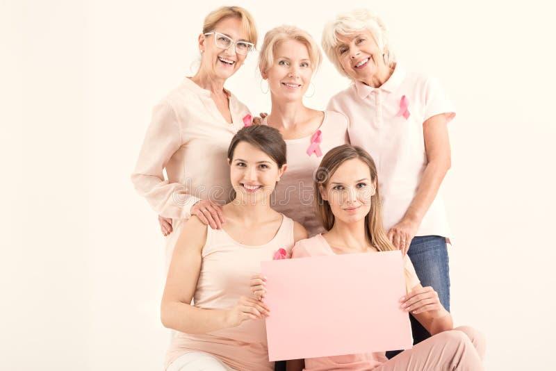 Kobiety trzyma różową papierową kartę zdjęcia royalty free
