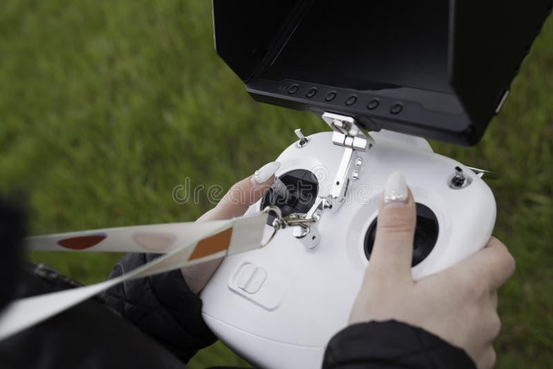 Kobiety trzyma trutnia pilota zdjęcie stock