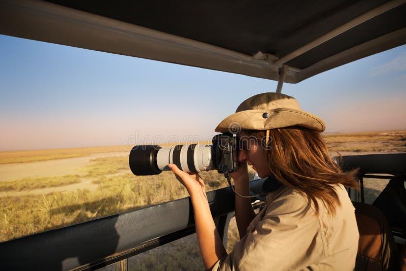 Kobiety turystyczna bierze fotografia Afrykańska sawanna obraz royalty free
