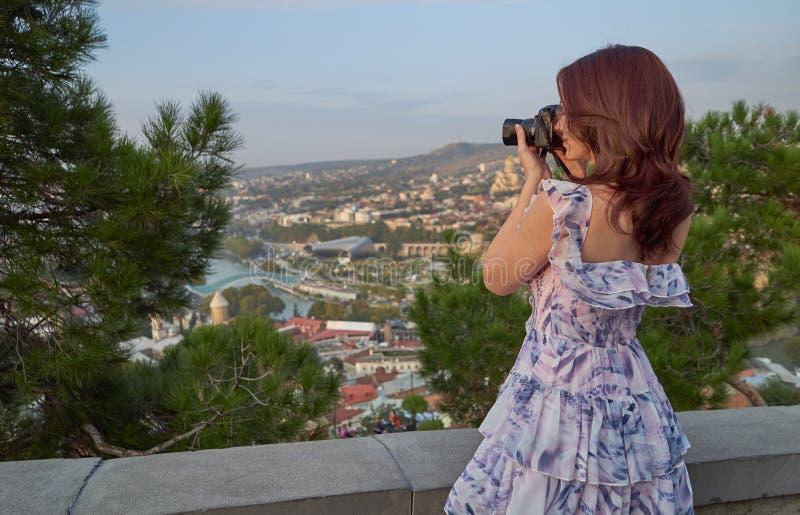 Kobiety turystyczna bierze fotografia kamerą stary miasto zdjęcie stock