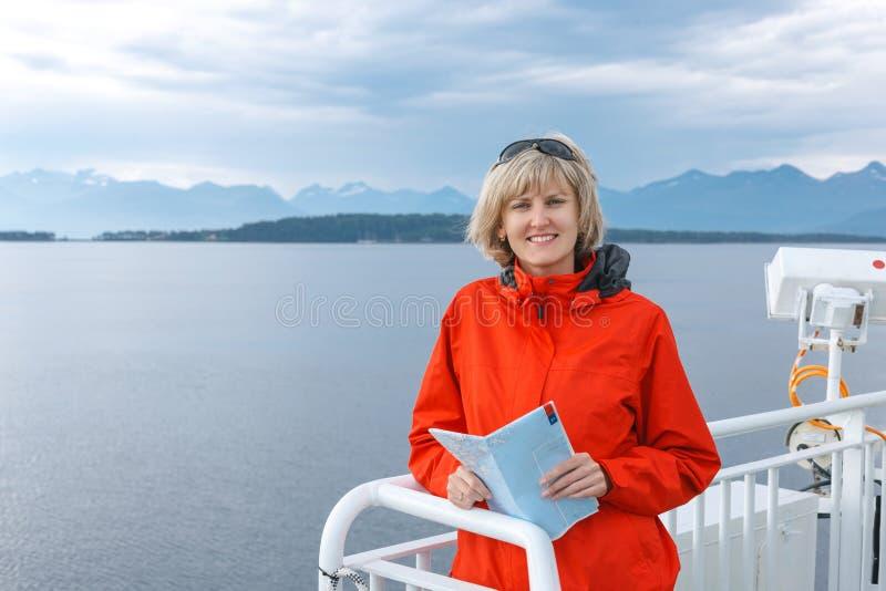 Kobiety turystyczny żeglowanie na zwiedzającym ferryboat obraz stock