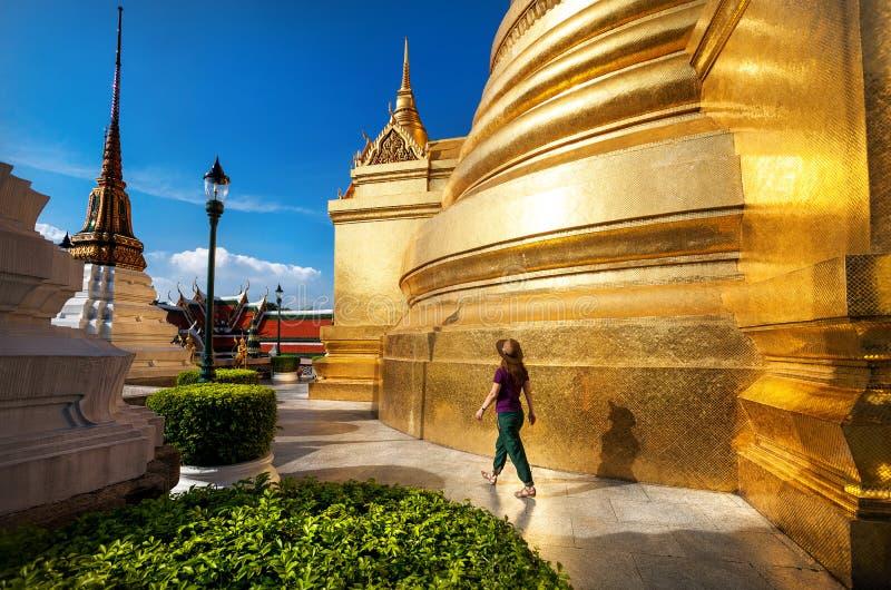 Kobiety turystyczny odprowadzenie w Wacie Phra Kaew fotografia royalty free