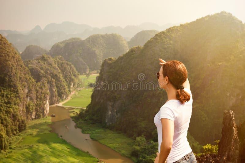Kobiety turystyczny patrzeć dalekim, cieszy się widokiem od wierzchołka góra i obrazy stock