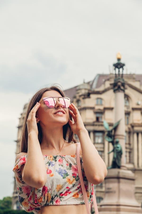 Kobiety turystyczny szczęśliwy iść zwiedzać w Lviv, Ukraina Młody podróżniczy odprowadzenie w mieście obrazy stock