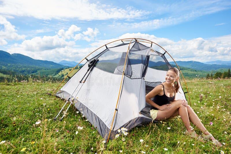 Kobiety turystyczny wycieczkować w halnym śladzie, cieszy się lato pogodnego ranek w górach zbliża namiot obraz royalty free