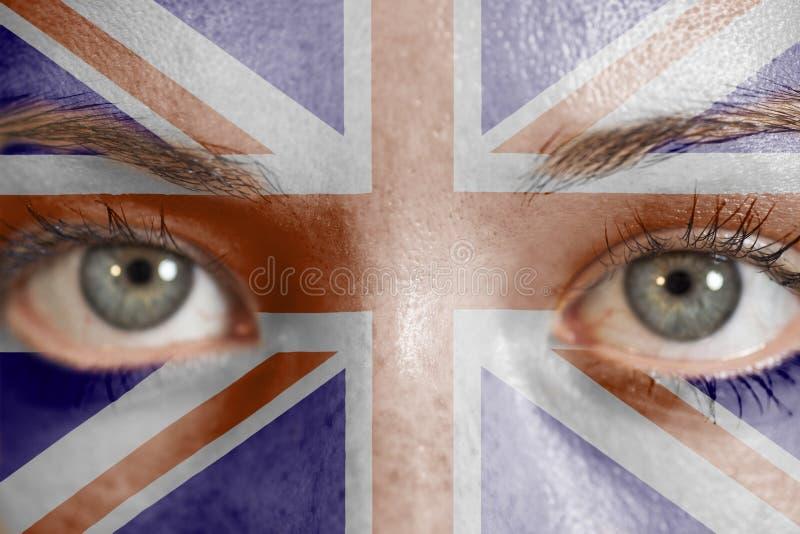 Kobiety twarz malująca z Brytyjski Union Jack flaga obrazy royalty free