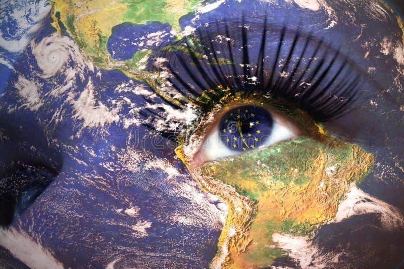 Kobiety twarz z planety ziemi teksturą i Indiana stan zaznaczamy wśrodku oka zdjęcia royalty free