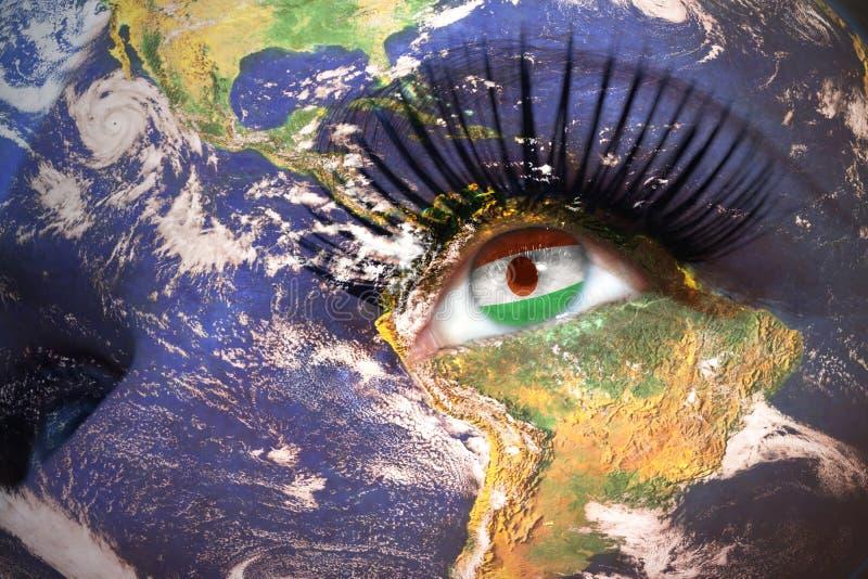 Kobiety twarz z planety ziemi teksturą i Niger zaznaczamy wśrodku oka obrazy royalty free