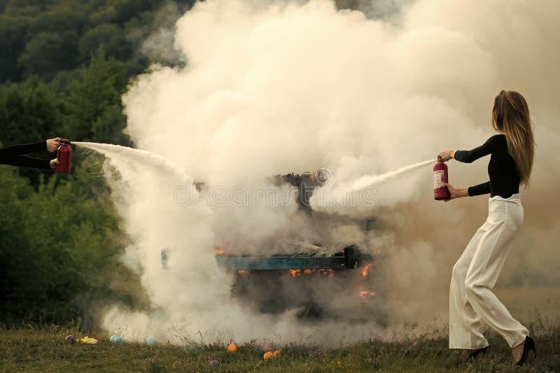 Kobiety twarzy piękno Ogień i dym na grunge instrumencie Pożarniczy dziewczyna z gasidłem Seksowna kobieta z długim fotografia royalty free
