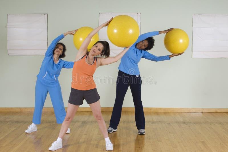 Kobiety Używa ćwiczenie piłki zdjęcia royalty free