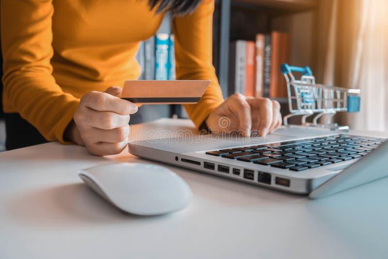 Kobiety używa cyfrowego laptop i kartę kredytową obraz royalty free