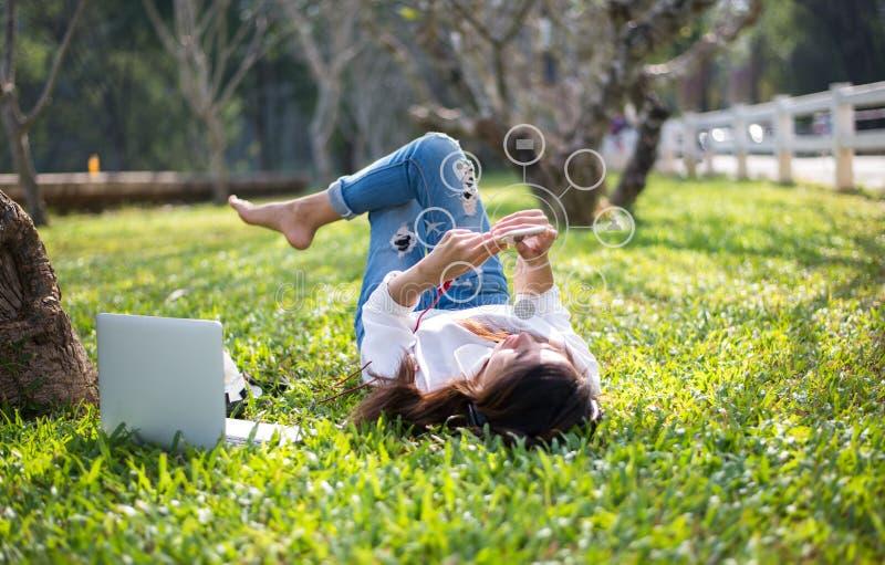 Kobiety używa mobilnych zapłat online zakupy i ikona klienta sieci związek na ekranie obraz royalty free