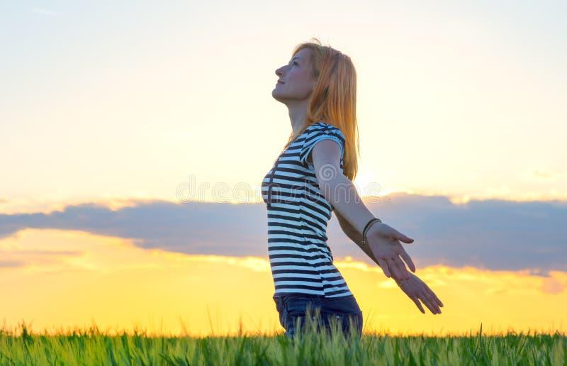 Kobiety uczucie uwalnia w pięknym naturalnym położeniu zdjęcie royalty free