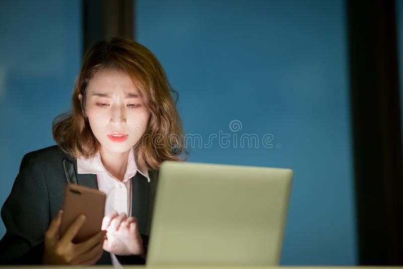 Kobiety use notatnik i telefon obraz stock