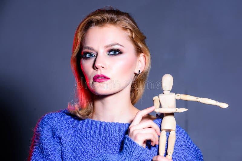 Kobiety w?adza kobiety rządzą świat Seksowna kobieta z mody makeup drewniana postać w ręce dziewczyna naturalne pi?kno zdjęcia royalty free