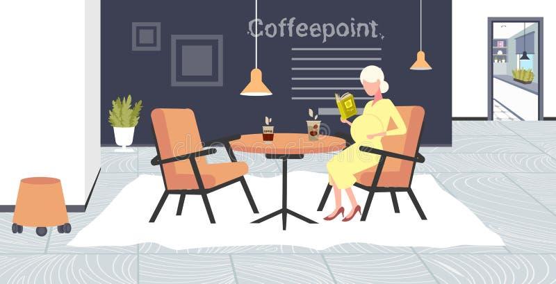 Kobiety w ciąży czytelniczej książki obsiadanie przy kawiarnia stołu dziewczyną dotyka jej brzucha macierzyństwa i brzemienności  royalty ilustracja