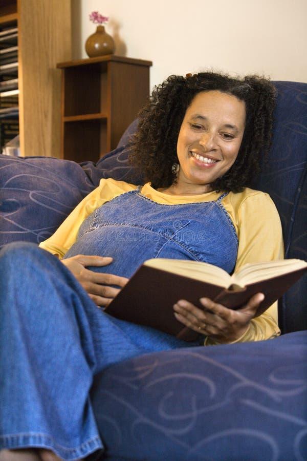 kobiety w ciąży odczyt zdjęcia stock