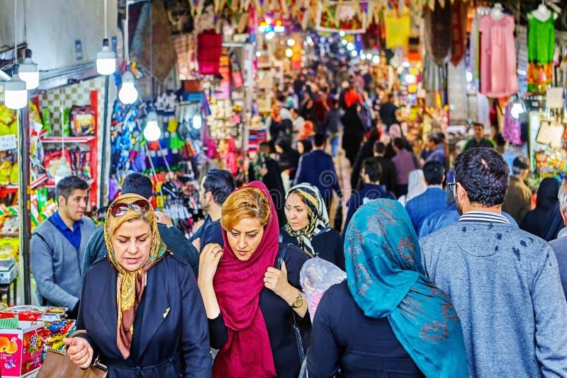 Kobiety w dużym irańczyka rynku, Teheran, Iran obraz royalty free