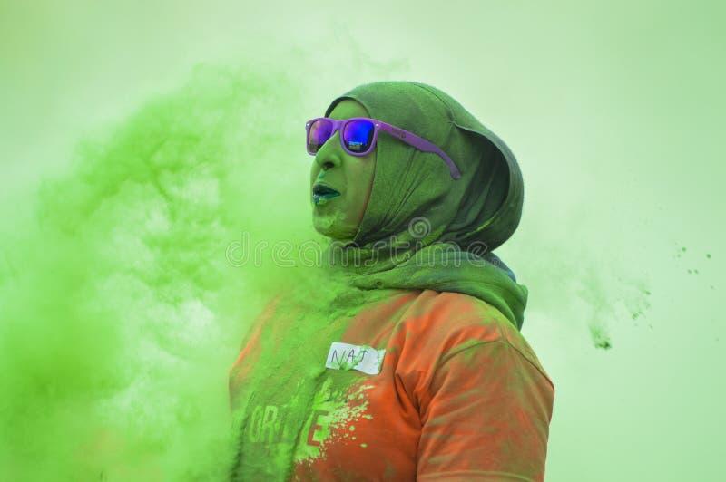 Kobiety w hiyab nad zieloną pył chmurą obrazy royalty free