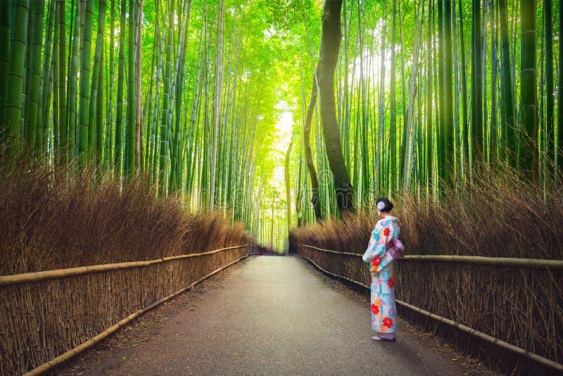 Kobiety w kimonie przy bambusowym lasem Arashiyama zdjęcia royalty free