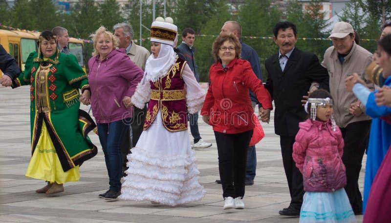 kobiety w krajowych kostiumach tanczą w round tanu fotografia stock