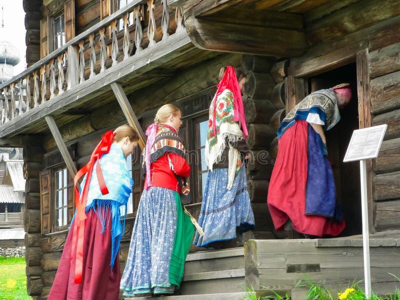 Kobiety w krajowym rosjaninie odziewają w Rosyjskiej wiosce blisko Petrozavodsk fotografia royalty free