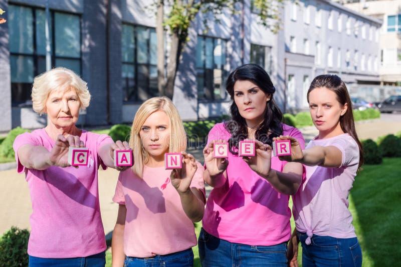 Kobiety w różowych koszulkach z nowotwór inskrypcją fotografia royalty free
