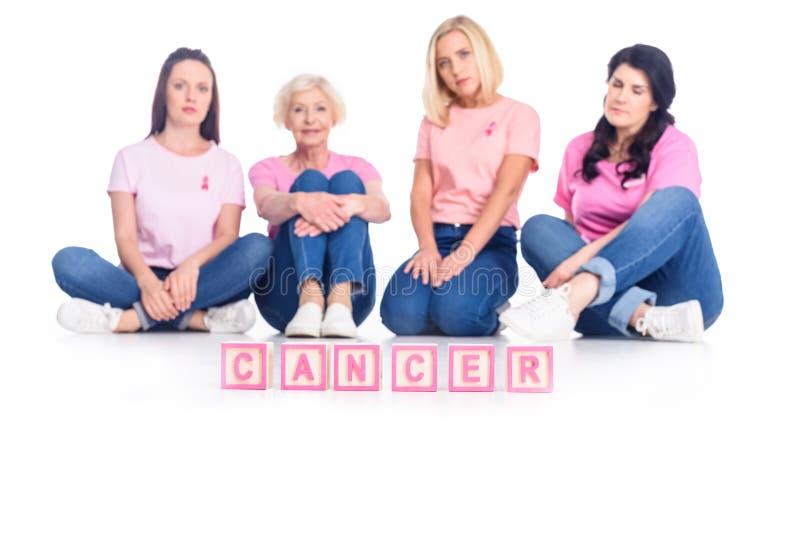 Kobiety w różowych koszulkach z nowotwór inskrypcją obraz stock