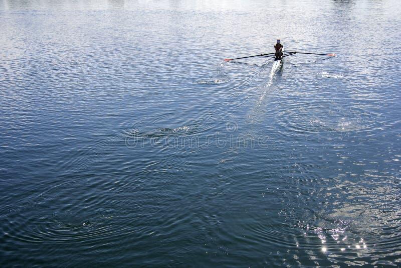 Kobiety wiosłuje w jeziorze obrazy stock