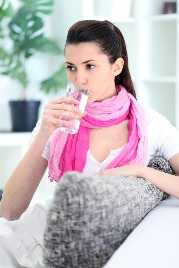 Kobiety woda pitna fotografia stock