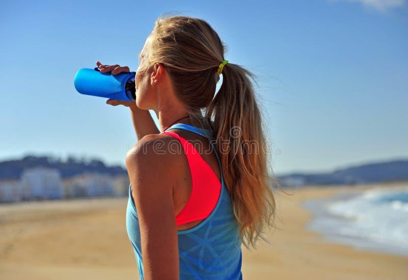 Kobiety woda pitna po biega? obrazy stock