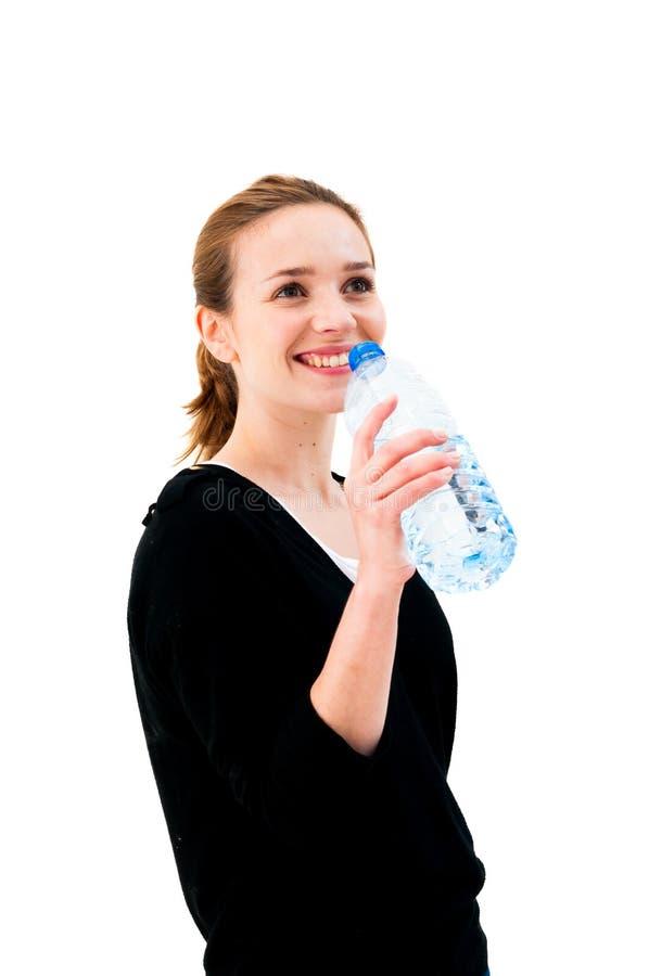 Kobiety woda pitna przeciw białemu tłu fotografia stock