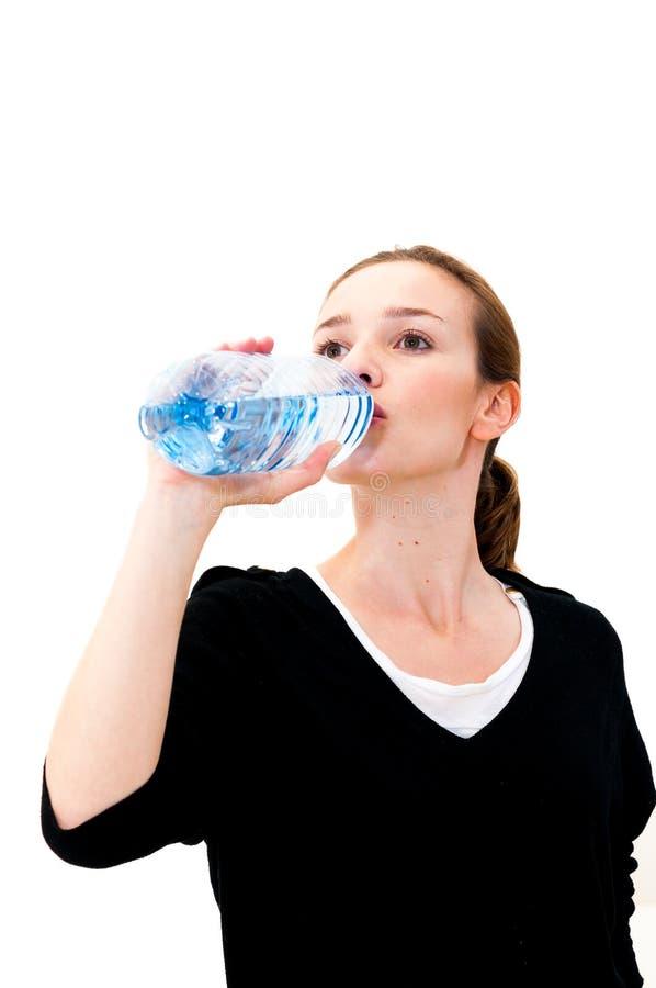 Kobiety woda pitna przeciw białemu tłu fotografia royalty free