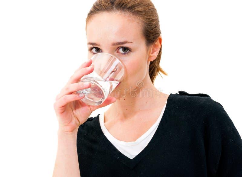 Kobiety woda pitna przeciw białemu tłu obrazy royalty free